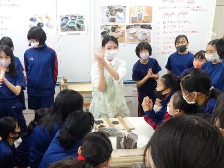 中1美術  教育実習生による陶芸の授業