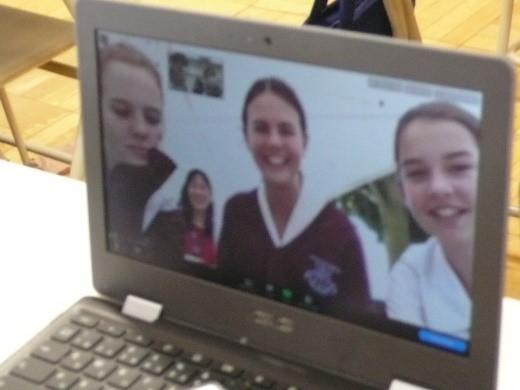 国際交流   中学2年生がオーミストン生徒との交流を楽しみました